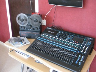 QU24 digital mixing desk